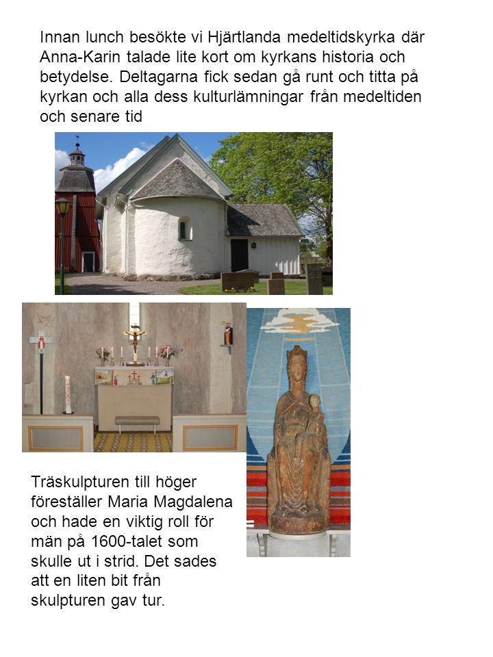 Innan lunch besökte vi Hjärtlanda medeltidskyrka där Anna-Karin talade lite kort om kyrkans historia och betydelse. Deltagarna fick sedan gå runt och titta på kyrkan och alla dess kulturlämningar från medeltiden och senare tid