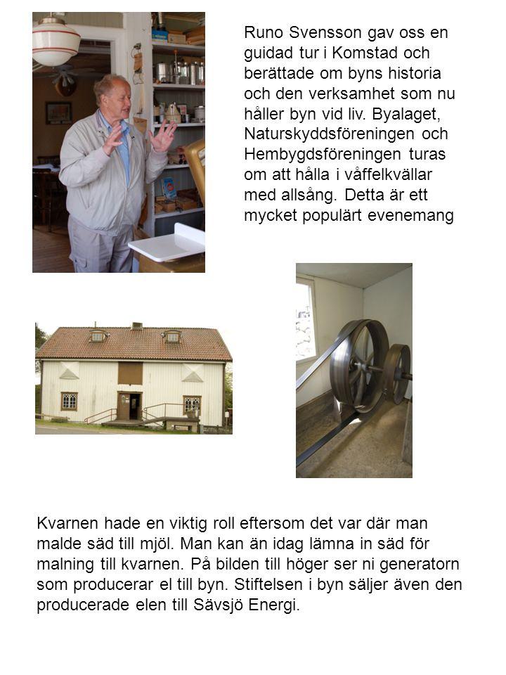 Runo Svensson gav oss en guidad tur i Komstad och berättade om byns historia och den verksamhet som nu håller byn vid liv. Byalaget, Naturskyddsföreningen och Hembygdsföreningen turas om att hålla i våffelkvällar med allsång. Detta är ett mycket populärt evenemang