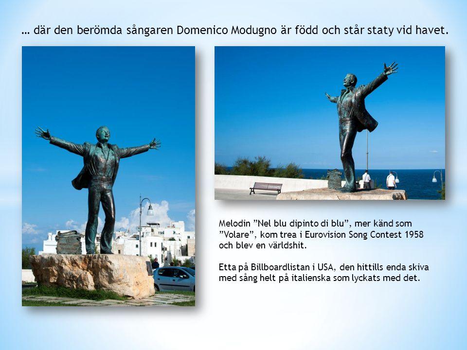 … där den berömda sångaren Domenico Modugno är född och står staty vid havet.