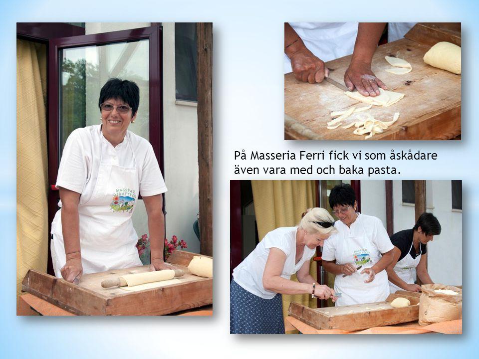 På Masseria Ferri fick vi som åskådare även vara med och baka pasta.