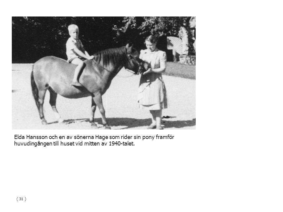 Elda Hansson och en av sönerna Hage som rider sin pony framför
