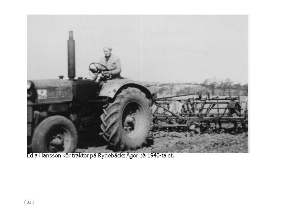 Edla Hansson kör traktor på Rydebäcks Ägor på 1940-talet.