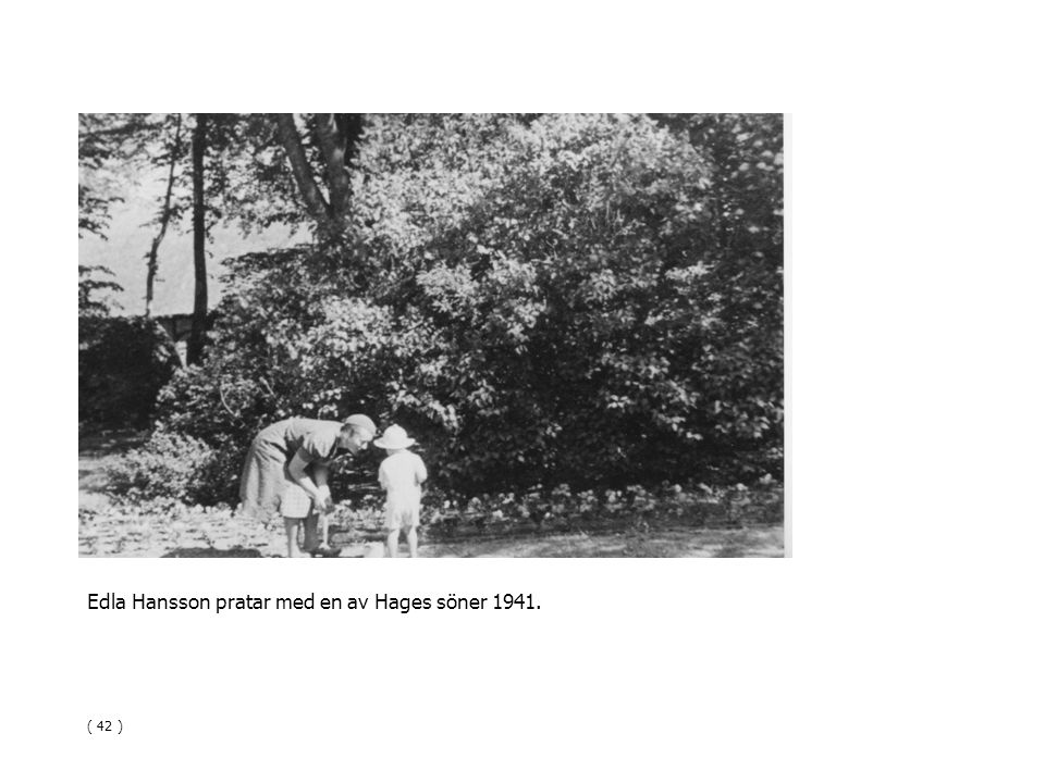 Edla Hansson pratar med en av Hages söner 1941.