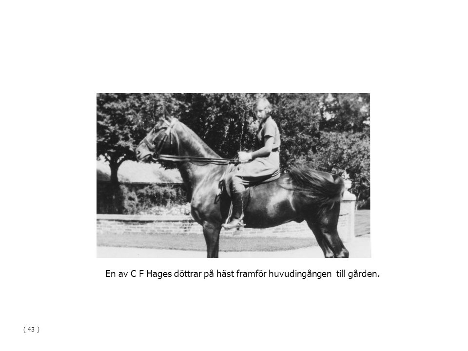 En av C F Hages döttrar på häst framför huvudingången till gården.
