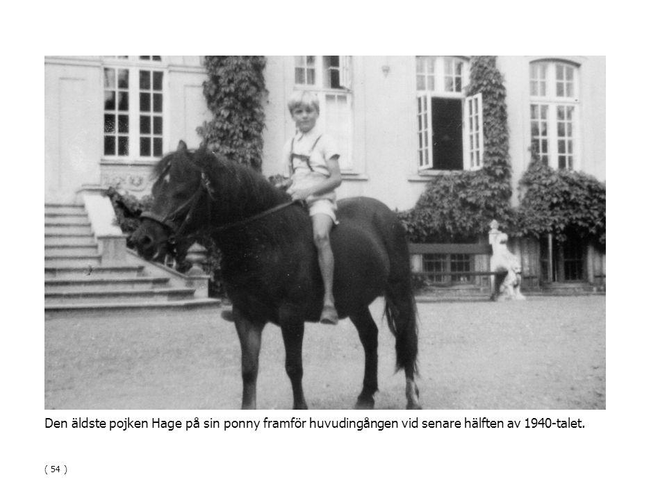 Den äldste pojken Hage på sin ponny framför huvudingången vid senare hälften av 1940-talet.