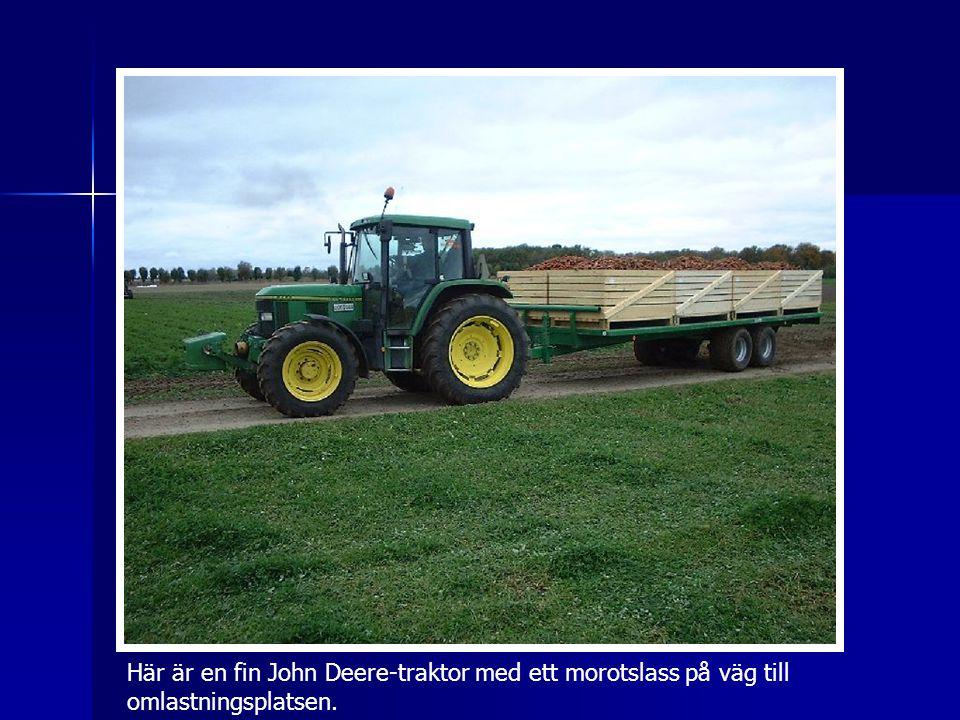 Här är en fin John Deere-traktor med ett morotslass på väg till omlastningsplatsen.