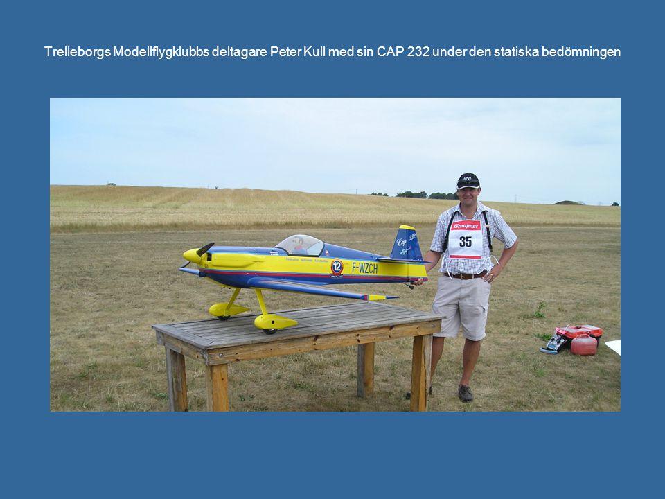 Trelleborgs Modellflygklubbs deltagare Peter Kull med sin CAP 232 under den statiska bedömningen