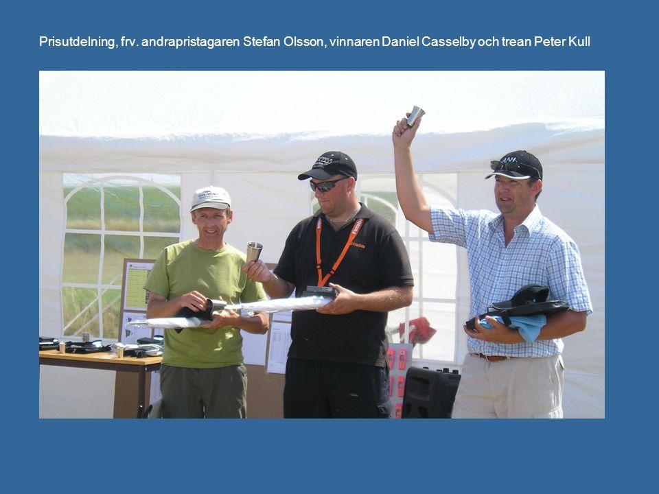 Prisutdelning, frv. andrapristagaren Stefan Olsson, vinnaren Daniel Casselby och trean Peter Kull