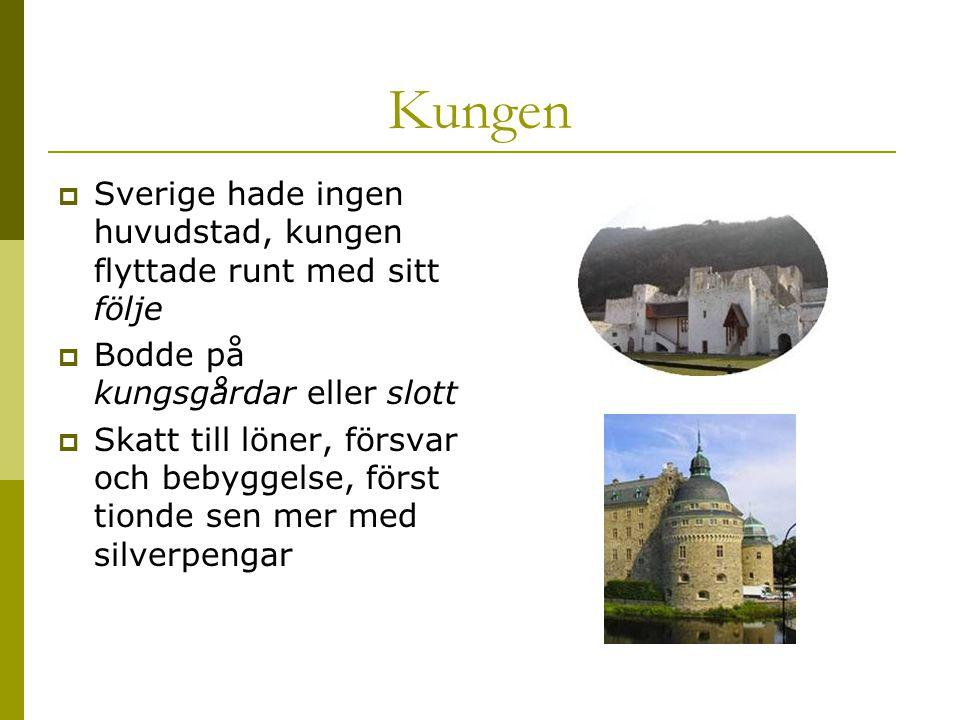 Kungen Sverige hade ingen huvudstad, kungen flyttade runt med sitt följe. Bodde på kungsgårdar eller slott.