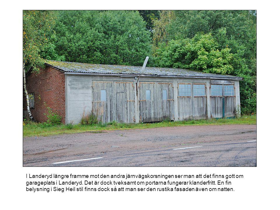 I Landeryd längre framme mot den andra järnvägskorsningen ser man att det finns gott om garageplats i Landeryd.