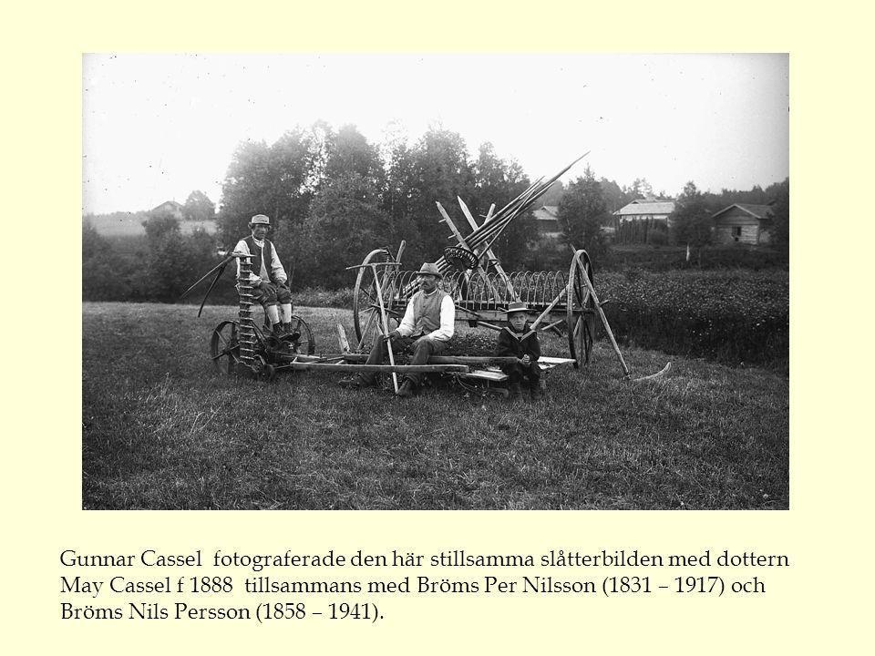 Gunnar Cassel fotograferade den här stillsamma slåtterbilden med dottern May Cassel f 1888 tillsammans med Bröms Per Nilsson (1831 – 1917) och Bröms Nils Persson (1858 – 1941).