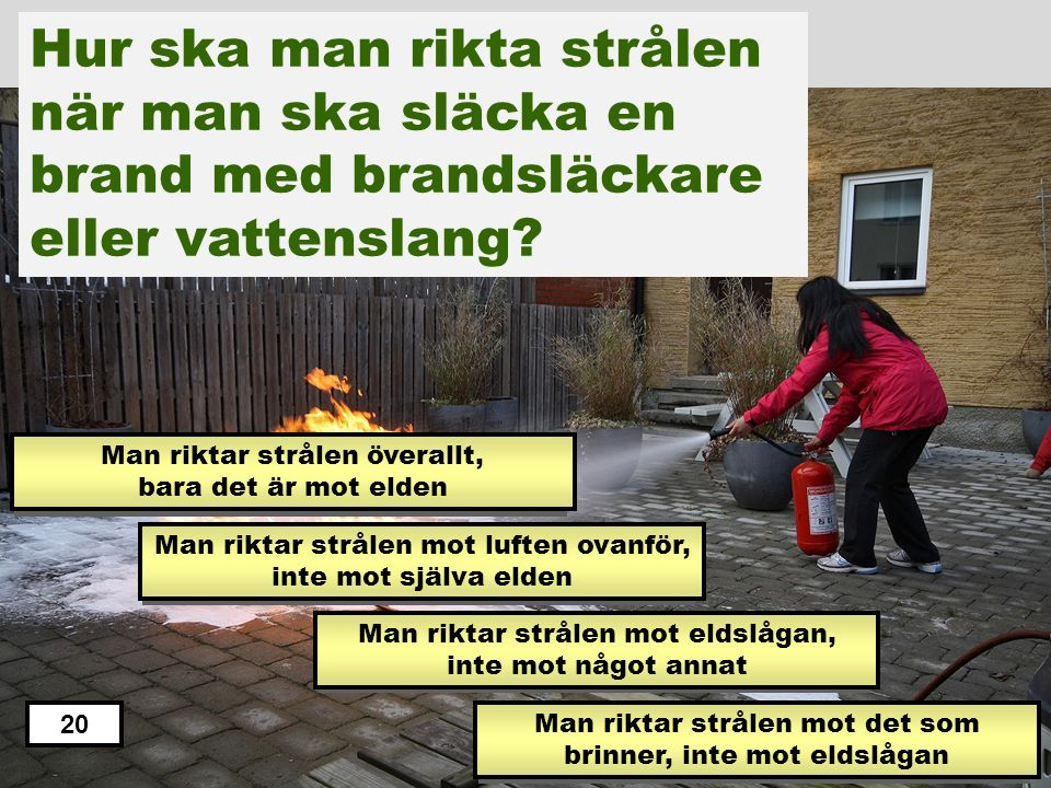 Hur ska man rikta strålen när man ska släcka en brand med brandsläckare eller vattenslang