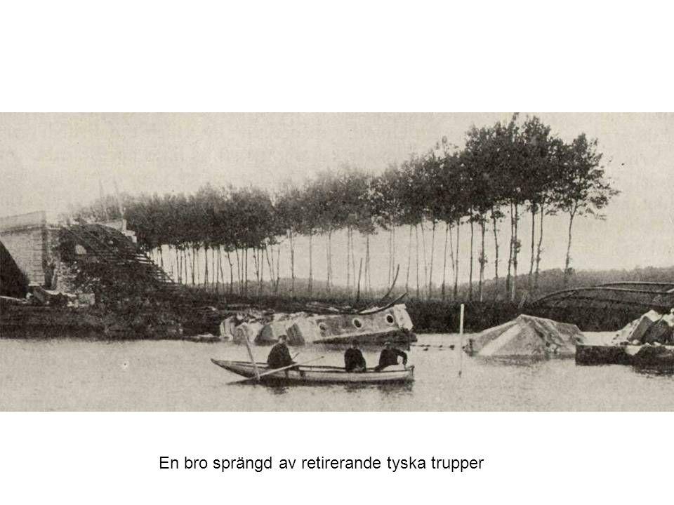 En bro sprängd av retirerande tyska trupper