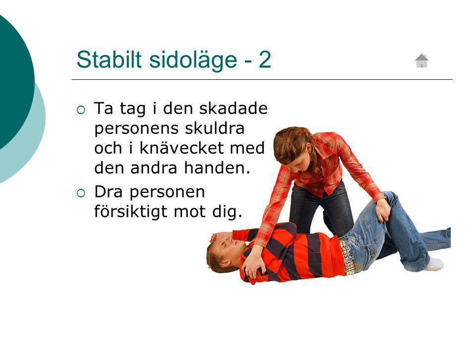 Stabilt sidoläge - 2 Ta tag i den skadade personens skuldra och i knävecket med den andra handen.