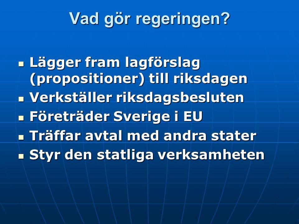 Vad gör regeringen Lägger fram lagförslag (propositioner) till riksdagen Verkställer riksdagsbesluten.