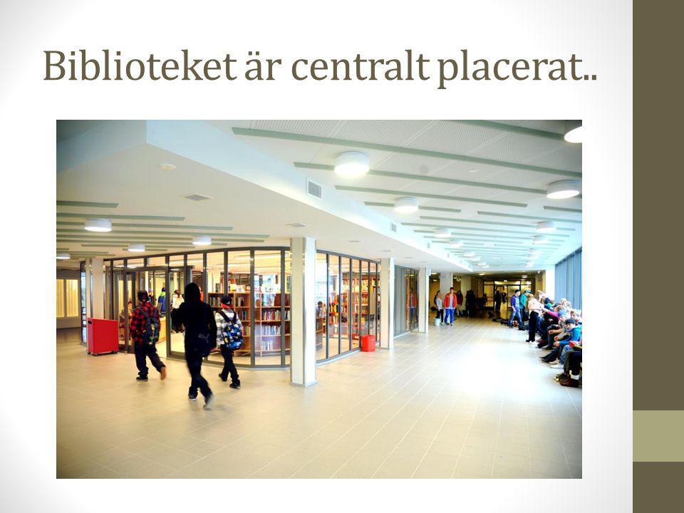 Biblioteket är centralt placerat..