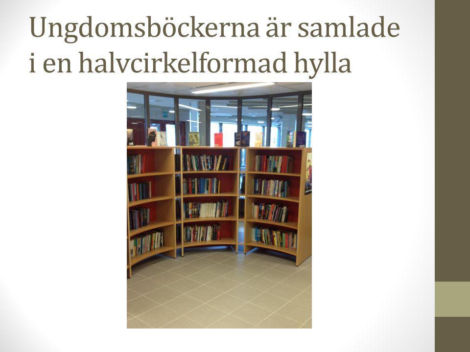 Ungdomsböckerna är samlade i en halvcirkelformad hylla