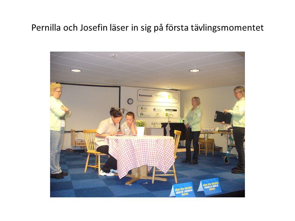 Pernilla och Josefin läser in sig på första tävlingsmomentet