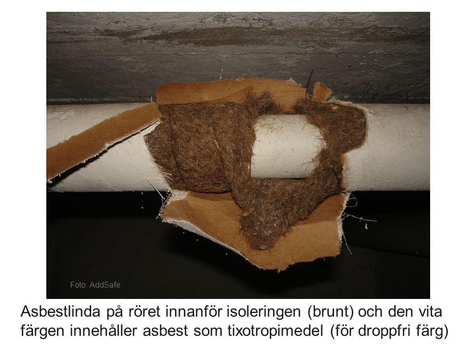 Foto: AddSafe Asbestlinda på röret innanför isoleringen (brunt) och den vita färgen innehåller asbest som tixotropimedel (för droppfri färg)