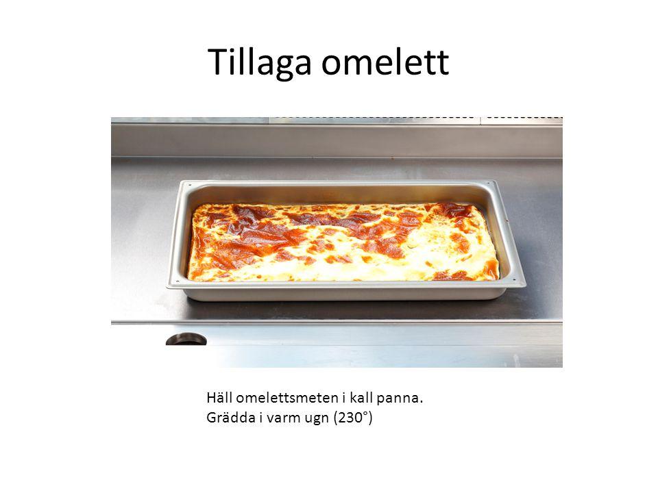 Tillaga omelett Häll omelettsmeten i kall panna.