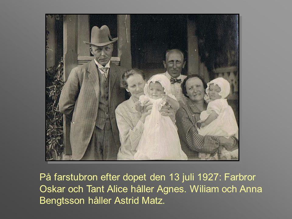 På farstubron efter dopet den 13 juli 1927: Farbror Oskar och Tant Alice håller Agnes.