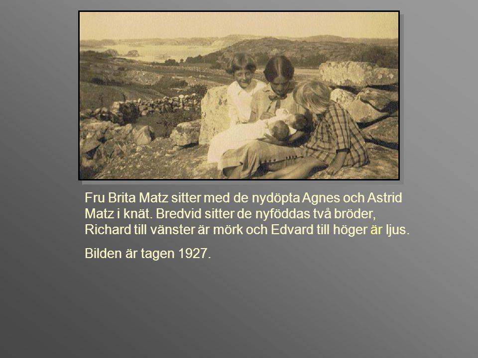 Fru Brita Matz sitter med de nydöpta Agnes och Astrid Matz i knät