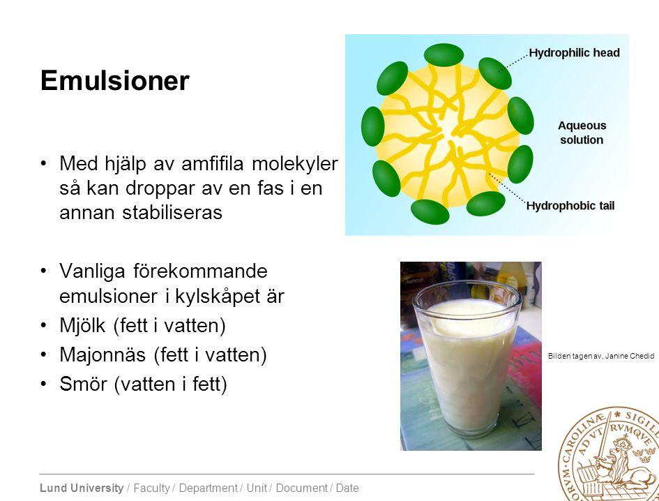 Emulsioner Med hjälp av amfifila molekyler så kan droppar av en fas i en annan stabiliseras. Vanliga förekommande emulsioner i kylskåpet är.