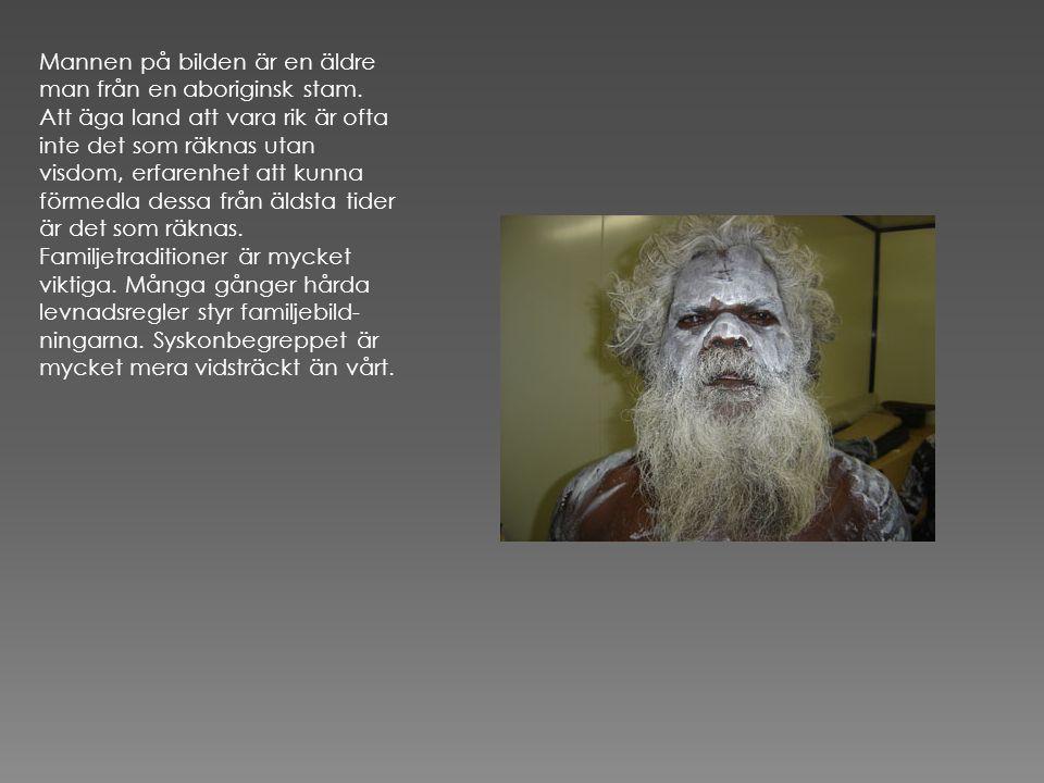 Mannen på bilden är en äldre man från en aboriginsk stam