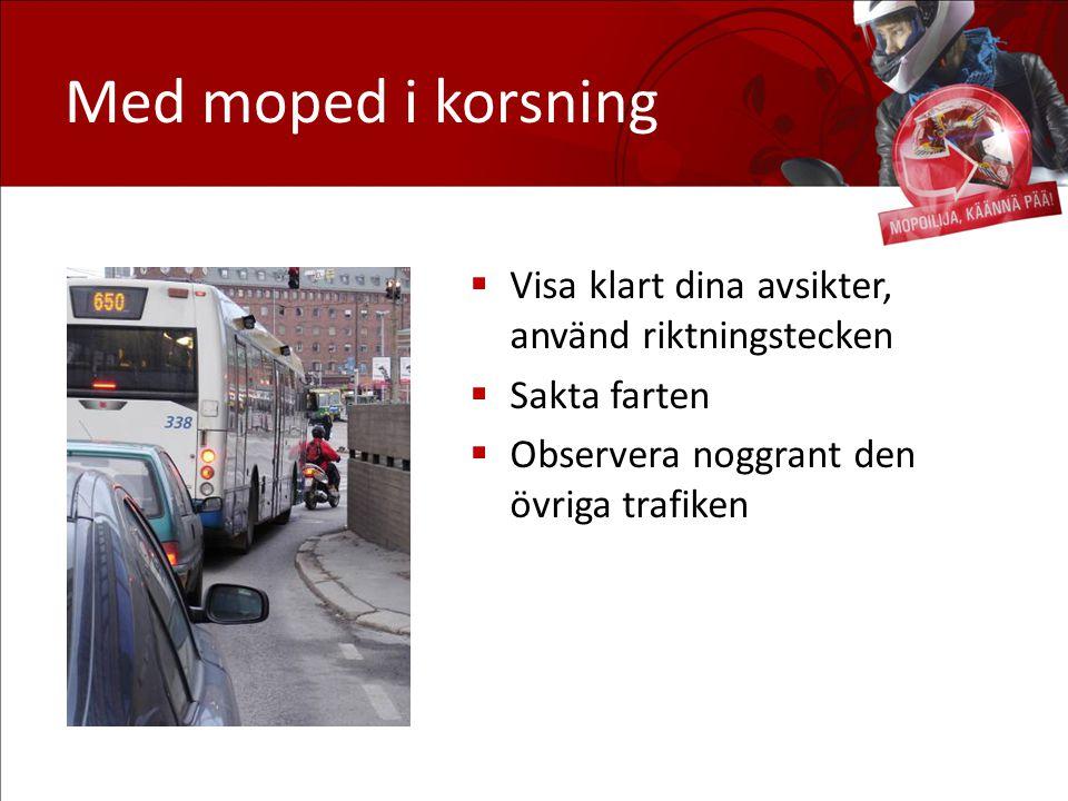 Med moped i korsning Visa klart dina avsikter, använd riktningstecken