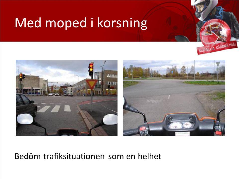 Med moped i korsning Bedöm trafiksituationen som en helhet