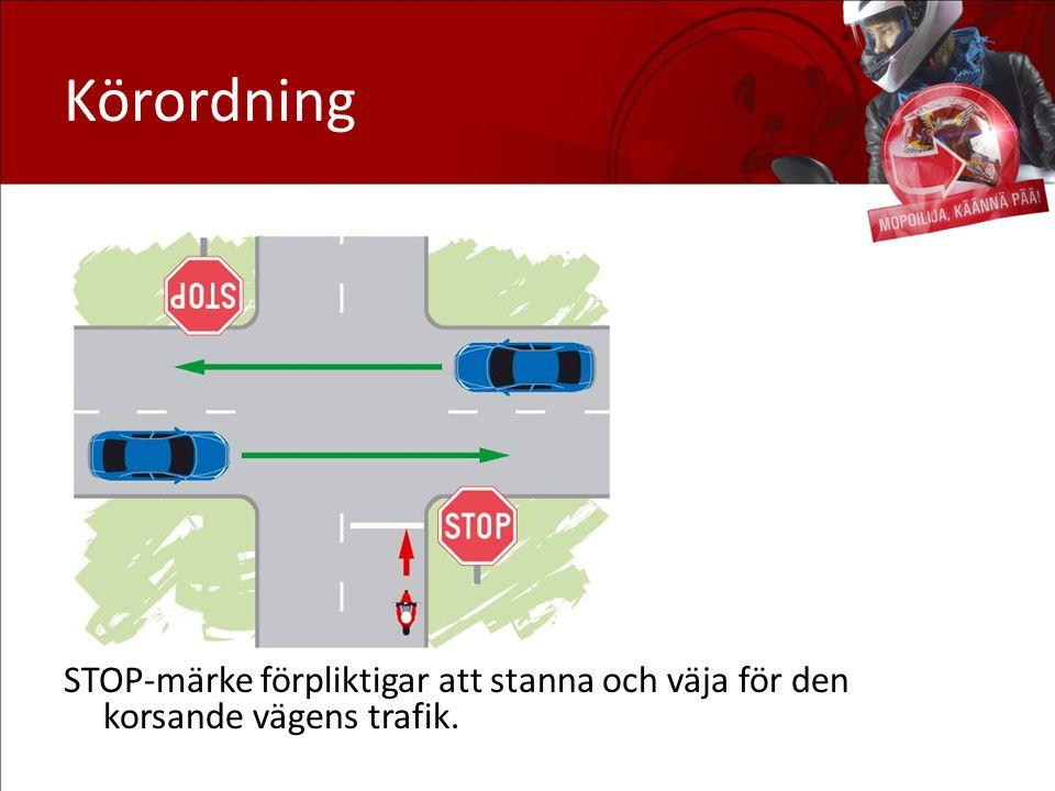 Körordning Väjning: I korsningar där det finns STOP-märke väjer man som i korsningar med triangel, men därtill måste man stanna.