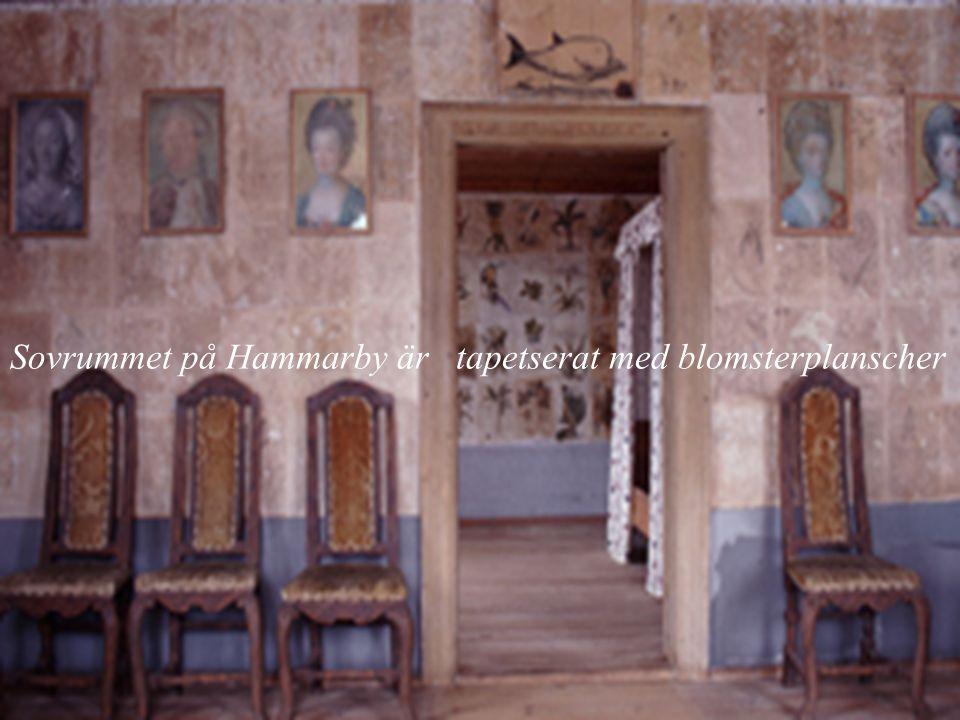 Sovrummet på Hammarby är tapetserat med blomsterplanscher