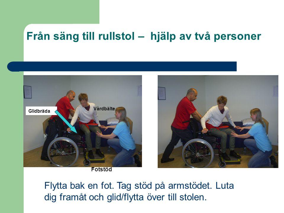Från säng till rullstol – hjälp av två personer