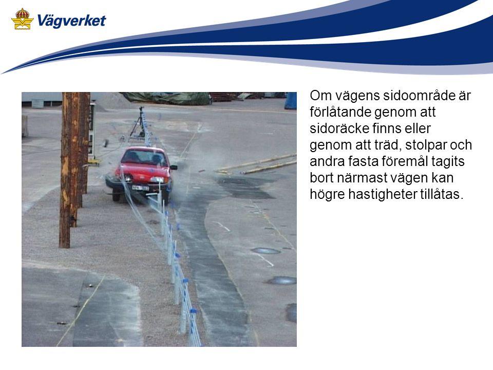Om vägens sidoområde är förlåtande genom att sidoräcke finns eller genom att träd, stolpar och andra fasta föremål tagits bort närmast vägen kan högre hastigheter tillåtas.