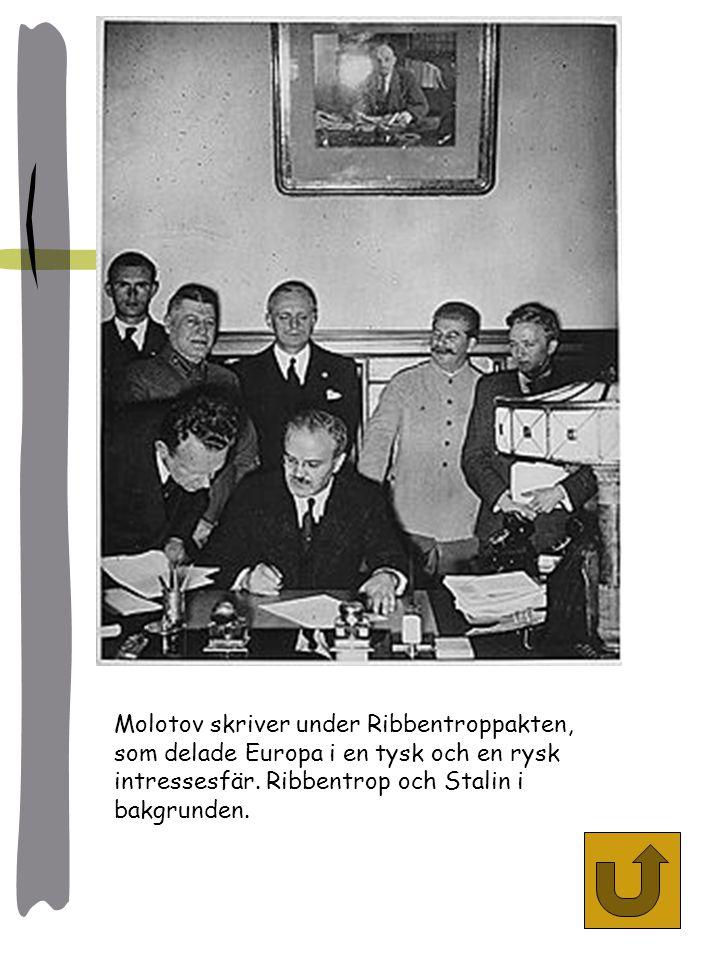 Molotov skriver under Ribbentroppakten, som delade Europa i en tysk och en rysk intressesfär.