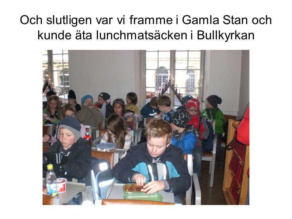 Och slutligen var vi framme i Gamla Stan och kunde äta lunchmatsäcken i Bullkyrkan