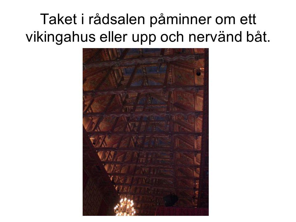 Taket i rådsalen påminner om ett vikingahus eller upp och nervänd båt.
