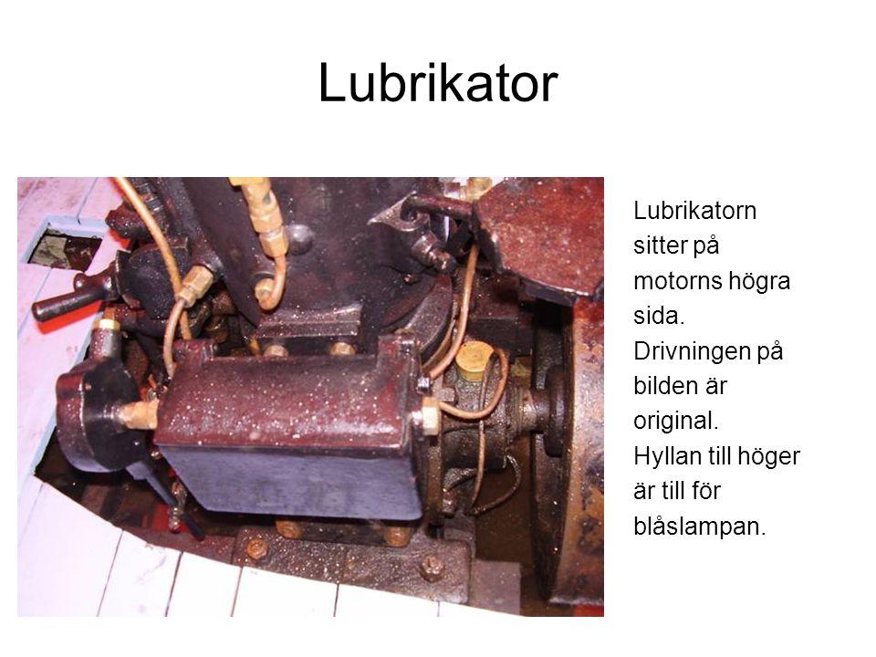 Lubrikator Lubrikatorn sitter på motorns högra sida. Drivningen på