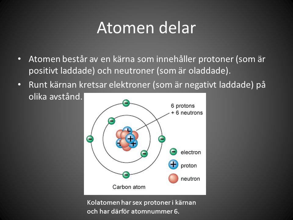 Atomen delar Atomen består av en kärna som innehåller protoner (som är positivt laddade) och neutroner (som är oladdade).