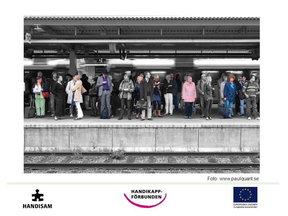 Bilden visar en perrong med många människor som väntar på tåget