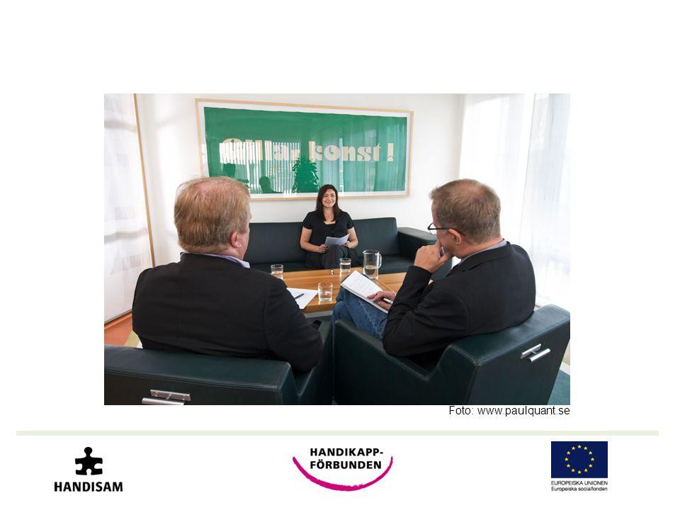 Bilden visar en anställningssituation. Två män intervjuar en kvinna.