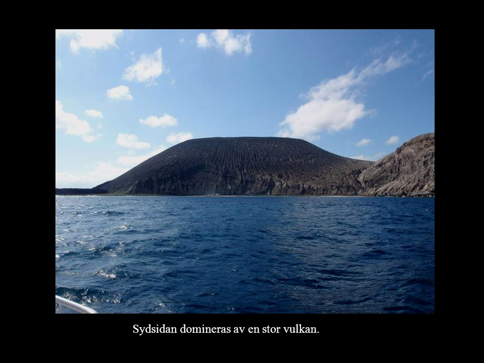 Sydsidan domineras av en stor vulkan.