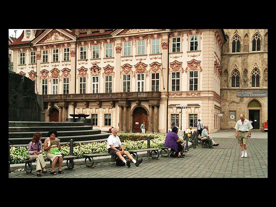 2-E01 Dan fotar trött turist framför Golz-Kinskypalatset (rokoko) från var balkong Klement Gottwald 1948 med ett atl startade den kommunistiska eran.