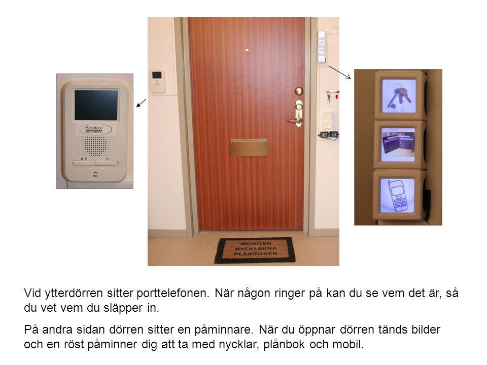 Vid ytterdörren sitter porttelefonen