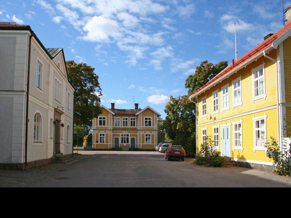 Den småskaliga men prydligt representativa miljön vid järnvägsstationen i Ålem. Med Ålems sparbank, ännu aktiv, järnvägsstationen som tågen numer passerar men som inrymmer andra verksamheter, och järnvägshotellet som är bostad. Alla uppbyggda i ett sammanhang 1897-98.