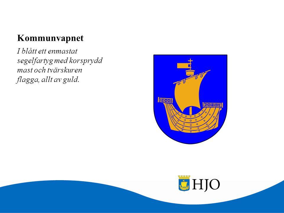 Kommunvapnet I blått ett enmastat segelfartyg med korsprydd mast och tvärskuren flagga, allt av guld.