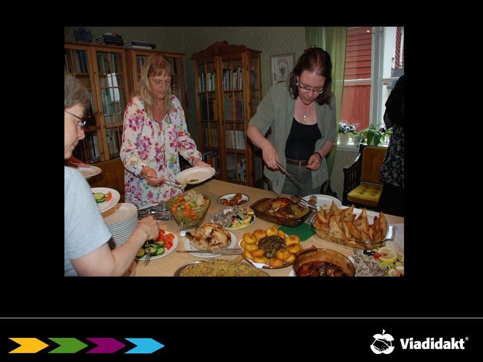 Sirpa: Så här såg vår avslutningsdag ut, våra kursledare hugger in på den delikata maten som kvinnorna lagat.