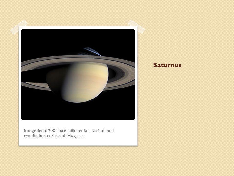 Saturnus fotograferad 2004 på 6 miljoner km avstånd med rymdfarkosten Cassini–Huygens.