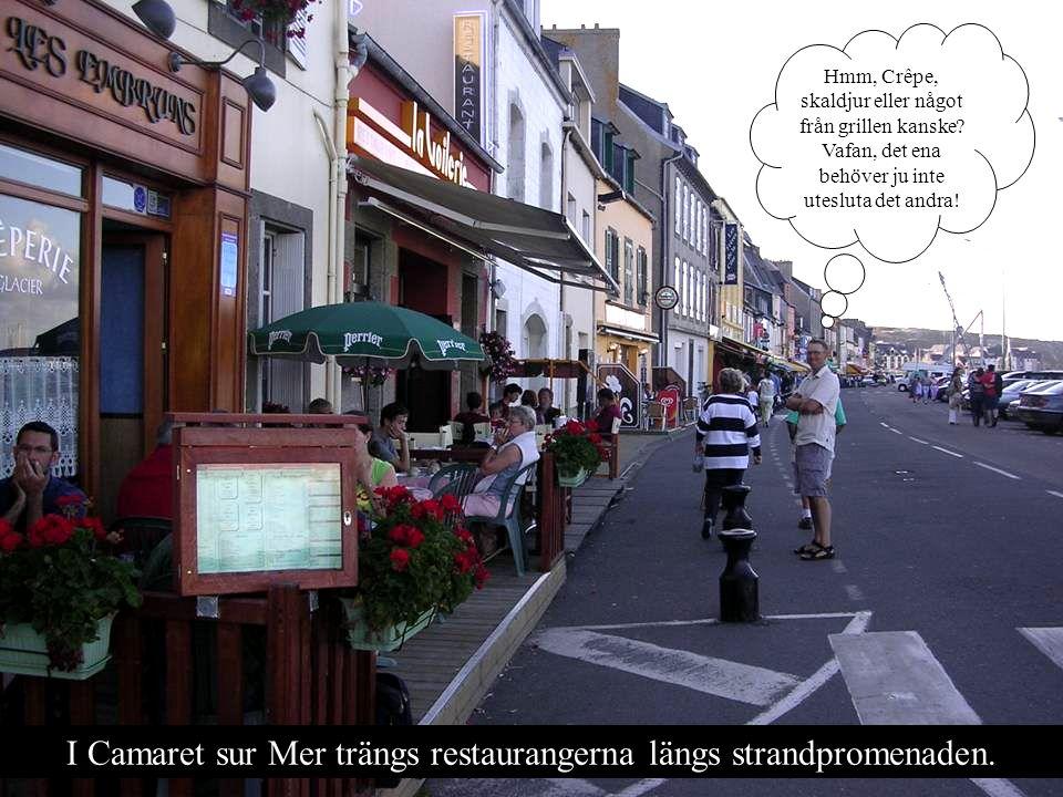 I Camaret sur Mer trängs restaurangerna längs strandpromenaden.