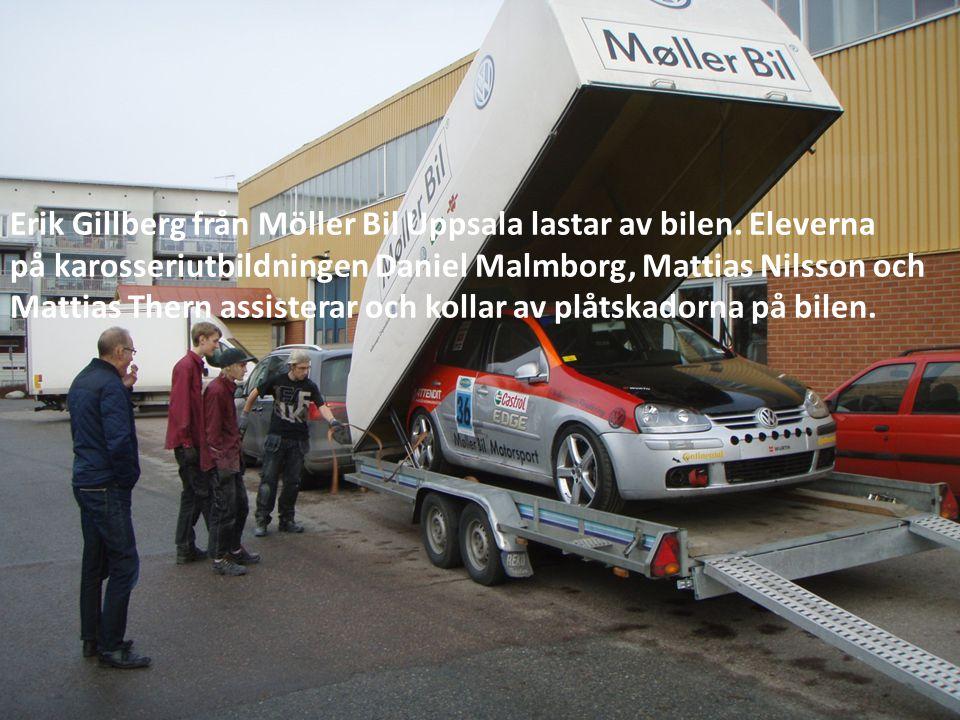 Erik Gillberg från Möller Bil Uppsala lastar av bilen. Eleverna